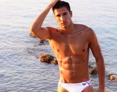 Gianmarco Onestini, muy sensual en bañador