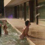 Jorge López saliendo desnudo de la piscina en 'Élite'