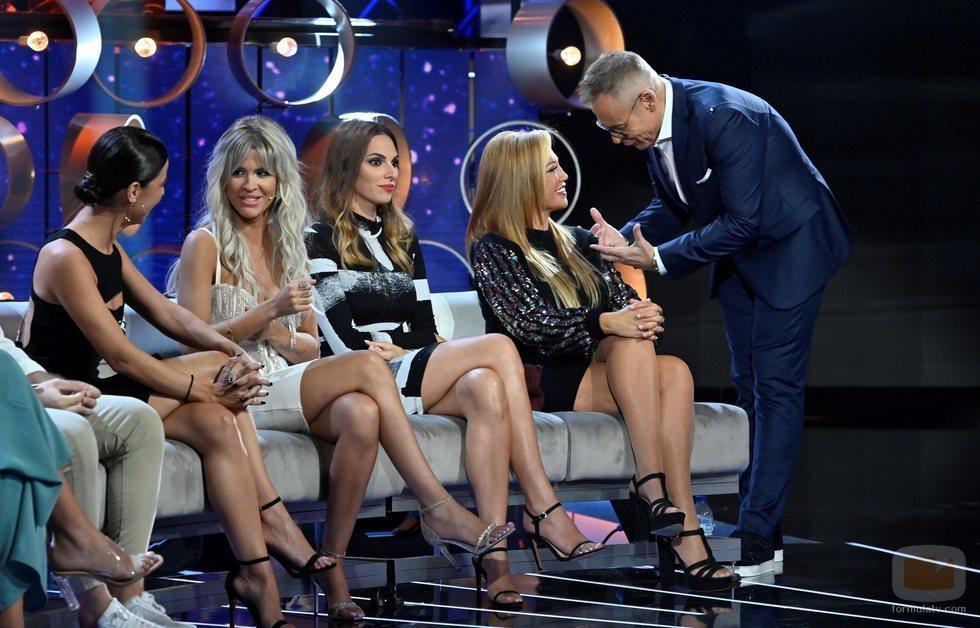 Jordi González con las colaboradoras de 'GH VIP: el debate'
