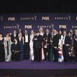 El equipo de 'Juego de Tronos' posa con sus dos Emmy 2019