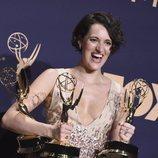 Phoebe Waller-Bridge posa con sus tres premios Emmy 2019 en categoría de comedia