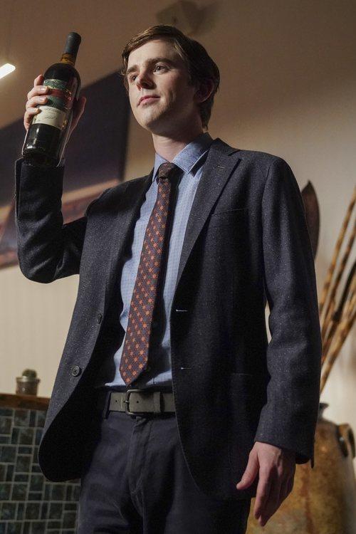 Shaun Murphy con una botella de vino en la tercera temporada de 'The Good Doctor'