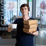 Shaun Murphy con bandejas de comida en la tercera temporada de 'The Good Doctor'