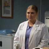 Taryn Helm en una consulta en el hospital en la temporada 16 de 'Anatomía de Grey'