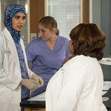 La doctora Qadri habla con Miranda Bailey en la temporada 16 de 'Anatomía de Grey'