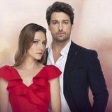 Alina Boz y Alp Navru, protagonistas de 'No sueltes mi mano (Elimi Birakma)'