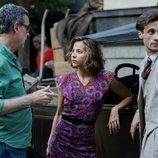 Irene Escolar y Oriol Pla reciben instrucciones de Eduard Cortés durante el rodaje de 'Dime quién soy'