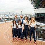 Carlos Sobera junto con el equipo de 'First Dates Crucero'