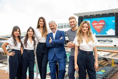 Carlos Sobera y el equipo de 'First Dates Crucero'