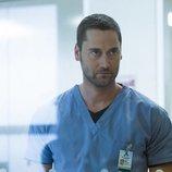 Ryan Eggold es el Dr. Max Goodwin en 'New Amsterdam'