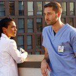 El Dr. Max Goodwin y la Dra. Helen Sharpe en 'New Amsterdam'