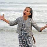 Melani García canta en la playa durante el rodaje del videoclip