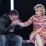 Dinio besa la mano de Mila Ximénez en la Gala 5 de 'GH VIP 7'