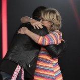 Dinio y Mila Ximénez se abrazan en la Gala 5 de 'GH VIP 7'