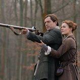 Richard Rankin y Sophie Skelton en la quinta temporada de 'Outlander'
