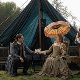 Richard Rankin y Maria Doyle Kennedy en la quinta temporada de 'Outlander'