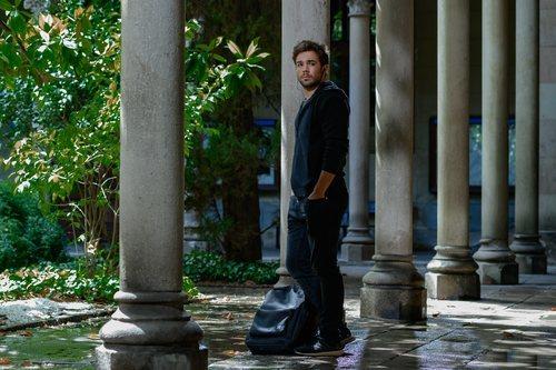 Pol Rubio con cara de preocupación en 'Merlí: Sapere Aude'