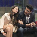 Estela Grande sujeta el brazo de Kiko Jiménez, en la Gala 6 de 'GH VIP 7'