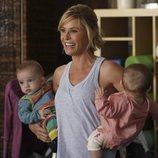 Claire Dunphy junto a sus nietos en la temporada 11 de 'Modern Family'