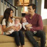 Haley y Marshall junto a sus mellizos en la temporada 11 de 'Modern Family'