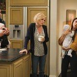 Phil, Claire y Haley Dunphy con los mellizos en la temporada 11 de 'Modern Family'
