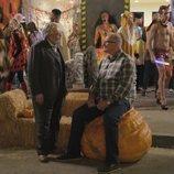 Manny y Jay en una fiesta de Halloween en la temporada 11 de 'Modern Family'
