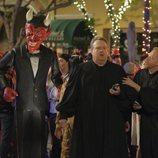 Cameron y Mitchell en una fiesta de Halloween en la temporada 11 de 'Modern Family'
