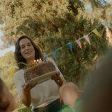 Celia Freijeiro lleva una tarta en 'Vida perfecta'