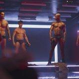 El striptease de los protagonistas de 'Toy Boy' en el 1x04