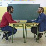 Quique Peinado y Manuel Burque en un colegio grabando 'Radio Gaga'