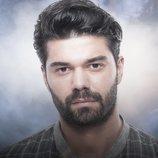 Batuhan Eksi es Tarik Yelkenci en 'No sueltes mi mano'