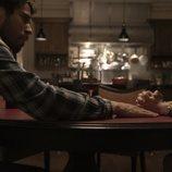 Toby Kebbell y Lauren Ambrose en 'Servant'