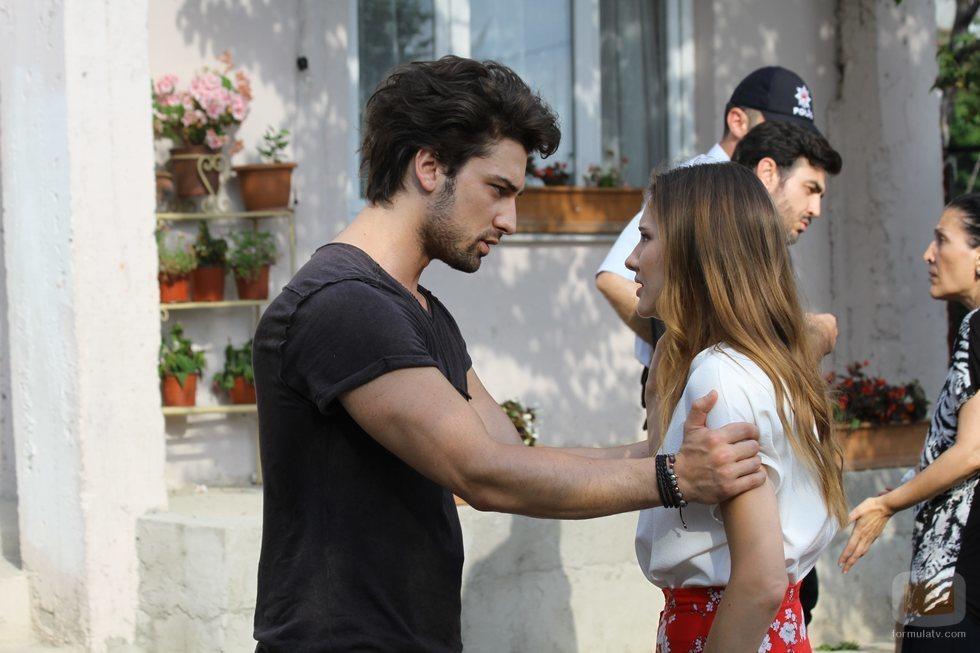 Azra Günes y Cenk Çelen, protagonistas de 'No sueltes mi mano'