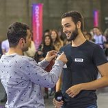 Un aspirante recibe la pegatina durante el casting de 'OT 2020' en Madrid