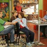 Los vecinos se reúnen en una junta en la temporada 5 de 'Aquí no hay quien viva'