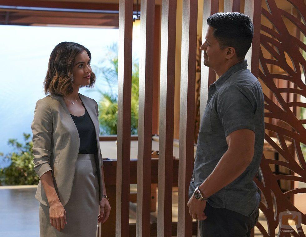 Magnum y Abby en el 2x01 de 'Magnum'