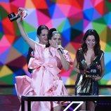Rosalía levanta uno de sus galardones en LOS40 Music Awards