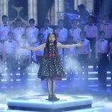 Melani García con un coro de niños en 'La Voz Kids 4'