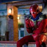 Quim Gutiérrez con el traje de superhéroe en 'El vecino'
