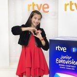 Melani hace un corazón con sus manos antes de Eurovisión Junior 2019