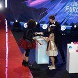 Melani entrega un regalo a Mila Moskov en Eurovisión Junior 2019