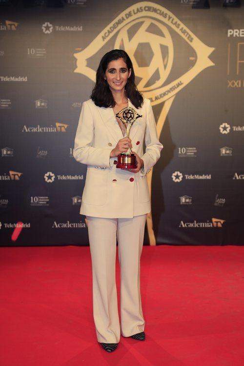 Alba Flores posa con su galardón en los Premios Iris 2019