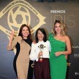 Ana Arias y Paloma Bloyd con el galardón de 'Cuéntame cómo pasó' en los Premios Iris