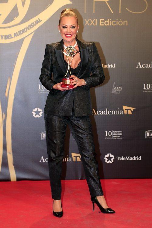 Belén Esteban con el galardón de 'Sálvame' en los Premios Iris 2019