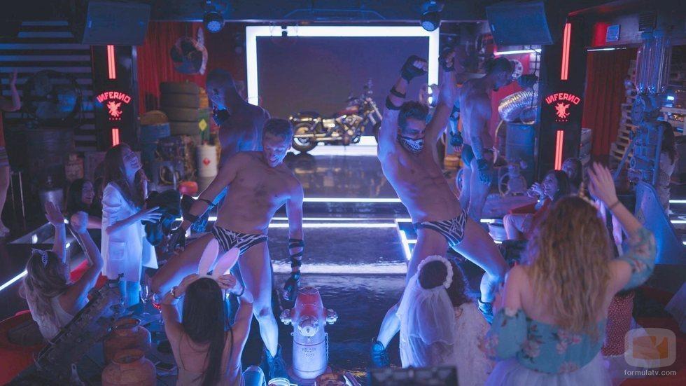 El reparto de 'Toy Boy' protagoniza un striptease caracterizados de moteros
