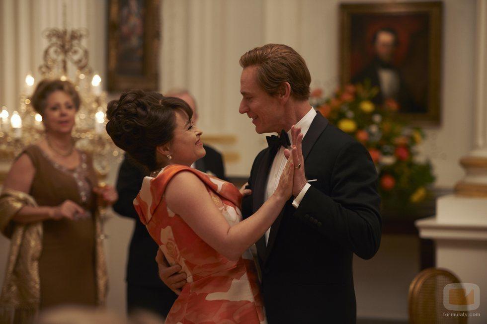 Helena Bonham Carter y Ben Daniels en la tercera temporada de 'The Crown'
