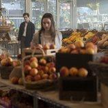 Joe (Penn Badgley) observa a Love (Victoria Pedretti) en la segunda temporada de 'You'