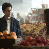 Joe habla con Love en una frutería en la segunda temporada de 'You'