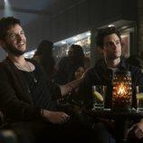 Joe bebe en un bar en la segunda temporada de 'You'