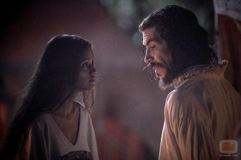 Óscar Jaenada, junto a Ishbel Bautista en 'Hernán'
